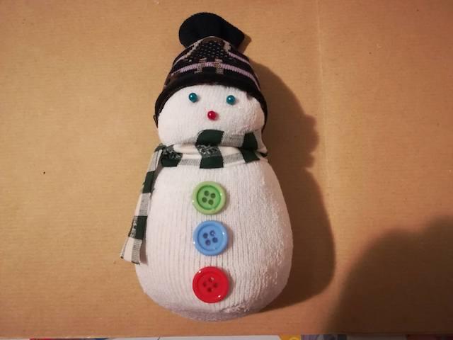 realizzare pupazzo di neve con calzini spaiati